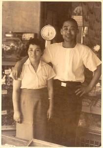 創業者である小島義男と妻